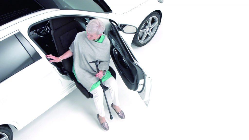 あなたのクルマに後付け改造で回転シートを取り付けます。