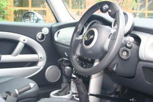 BMWミニを手動運転装置「カロスピードメノックス」付きの福祉車両に改造