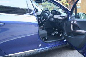 プジョー2008にオートアダプト製の手動運転装置カロスピードメノックスを後付け改造する