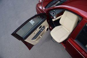 光岡自動車がコンパクトセダン「Viewt」オートアダプト製の回転シート「ターンアウト」、「ターンアウトE」を導入・販売を開始