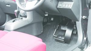 手動運転装置「カロスピードメノックス」、左アクセル「クイックリリース」付きレンタカー「オデカレンタカー」