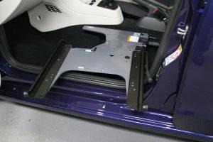 フォルクスワーゲンUP!の助手席をオートアダプト製の回転シート「ターンアウト」に改造。回転シート専用車いすオプションで「カロニークラシック」を選択。