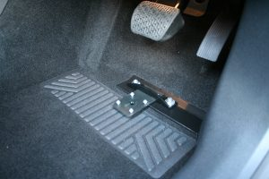 福祉車両改造。メルセデス・ベンツAクラスに左アクセル「クイックリリース」を装着