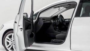 日産リーフの助手席を回転シートに改造。スウェーデン・オートアダプト製の手動回転シート「ターンアウト」