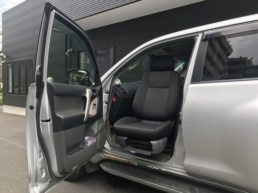 トヨタ ランドクルーザープラドの助手席に、ブラウンアビリティ製リフトアップシート ターニーエヴォを導入。