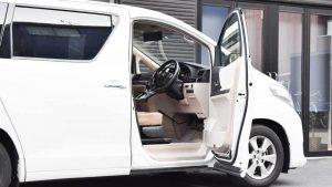 トヨタ アルファードの運転席に、ブラウンアビリティ製リフトアップシート ターニーエヴォを導入。