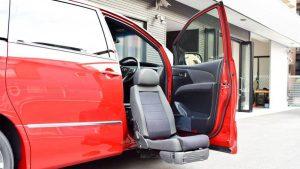トヨタ エスティマの運転席に、ブラウンアビリティ製リフトアップシート ターニーエヴォを導入。