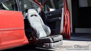 フォルクスワーゲン ゴルフトゥーランの運転席に、ブラウンアビリティ製リフトアップシート ターニーエヴォを導入。