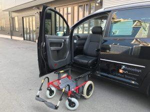 フォルクスワーゲン ゴルフトゥーランの助手席に、ブラウンアビリティ製車いす回転シートシステムのカロニーを導入。