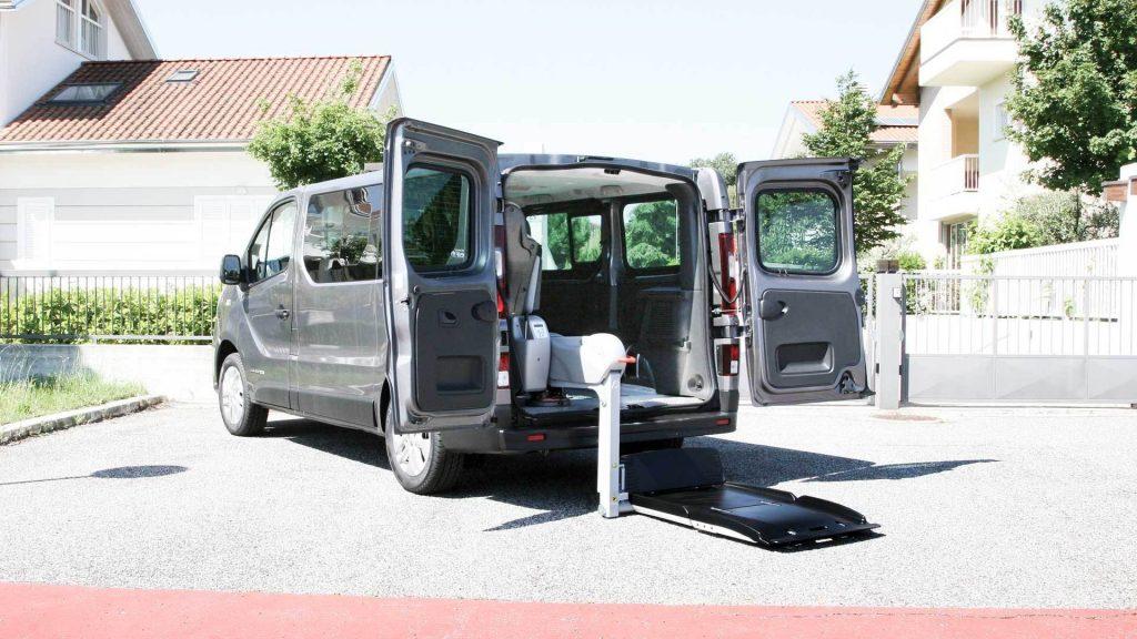 ルノー トラフィックに、イタリア・フィオレラ製車いすリフトF360スリムフィットを導入。
