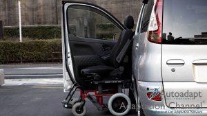 トヨタ ファンカーゴの助手席に、ブラウンアビリティ製車いす回転シートシステムのカロニーを導入。