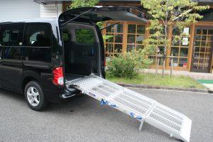 日産 NV200バネットに、スウェーデン・フィエル製車いすスロープ フィエルランプBGR25-3を導入。