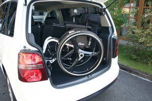 フォルクスワーゲン ゴルフトゥーランのBピラーに、イタリア・KIVI(キヴィ)製車いす収納装置 ピラーリフトを導入。