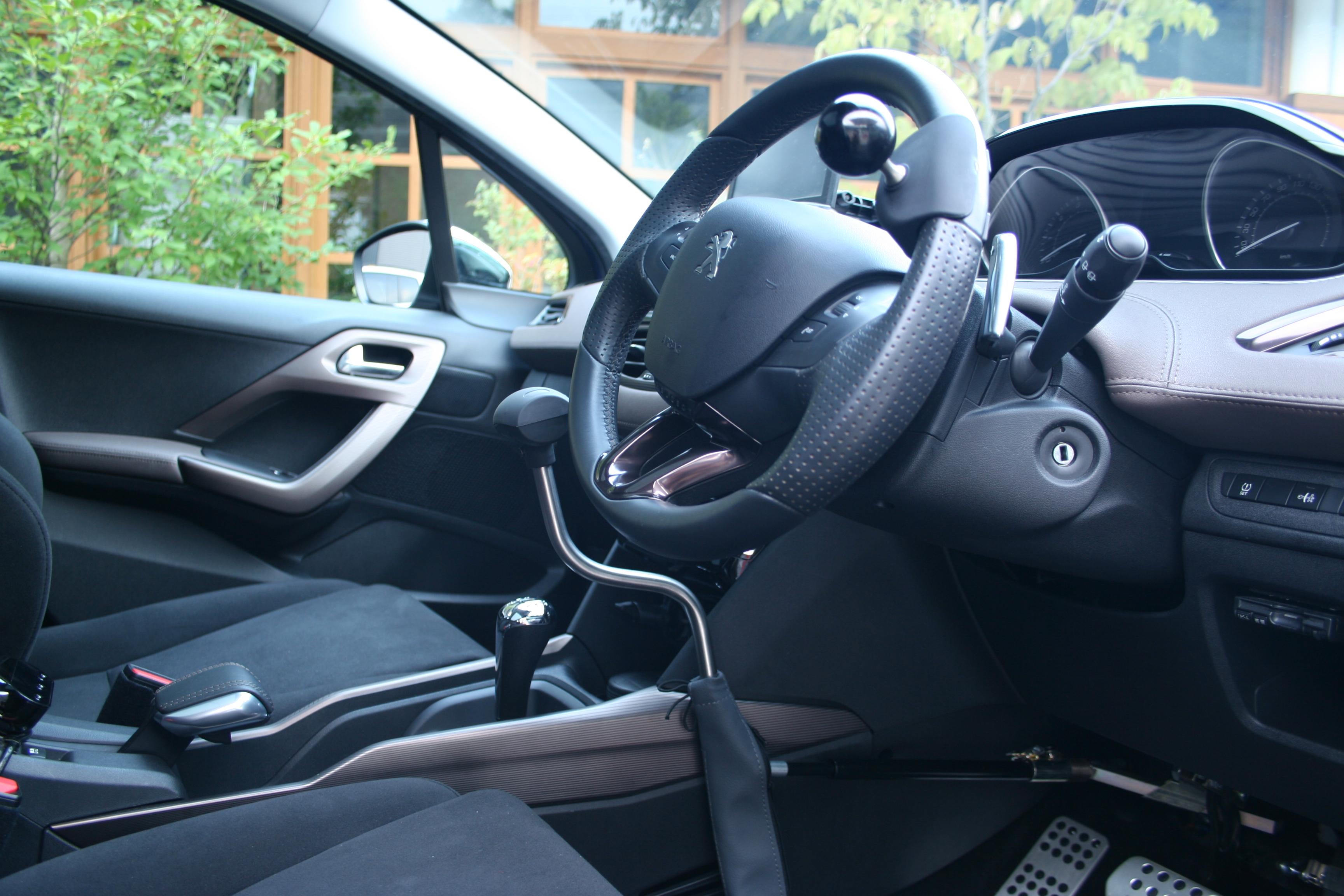 プジョー 2008シエロ×手動運転装置 カロスピードメノックス
