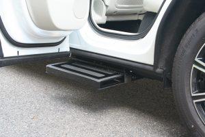 ボルボ XC60助手席側リアドア下に、電動補助ステップ ASEI500-170を導入。