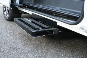 メルセデスベンツ Vクラスのスライドドア下に、電動補助ステップ ASEI500-170を導入。