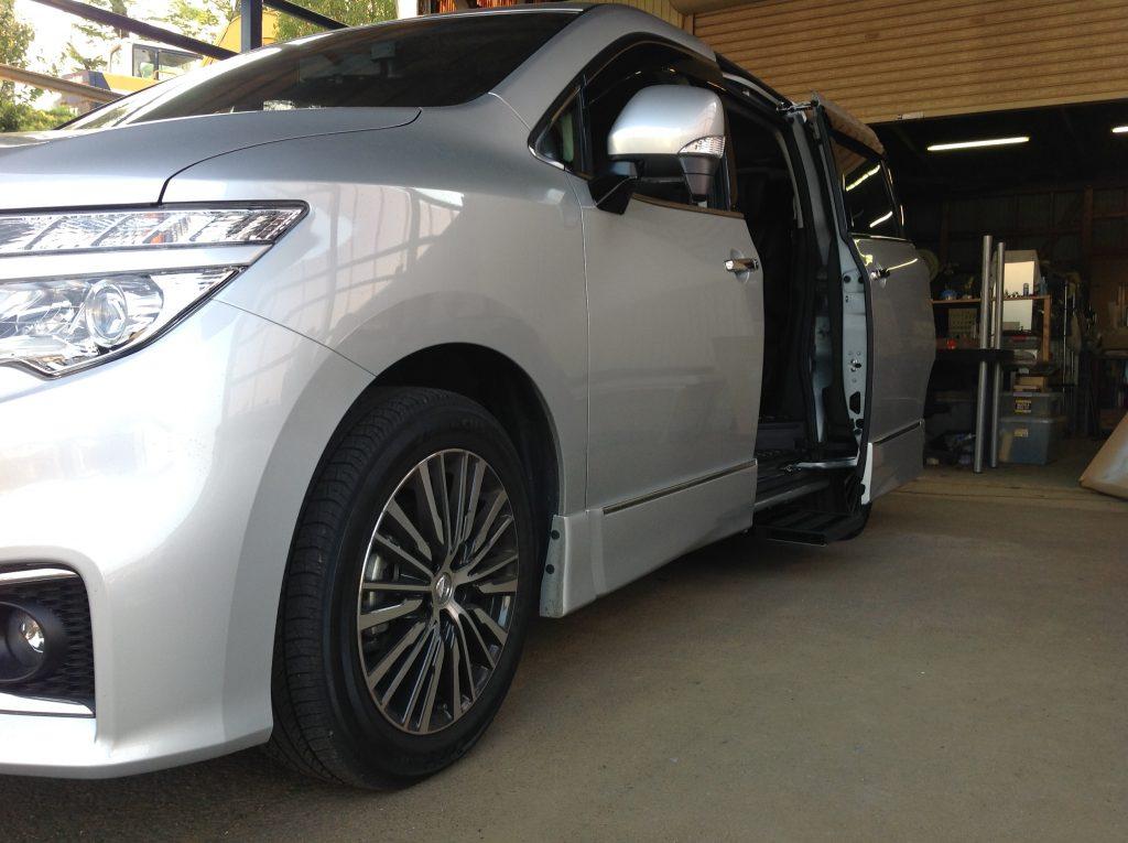 日産 エルグランドのスライドドア下に、電動補助ステップ ASEI500-170を導入。