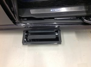 ホンダ ステップワゴンのスライドドア下に、電動補助ステップ ASEI500-170を導入。