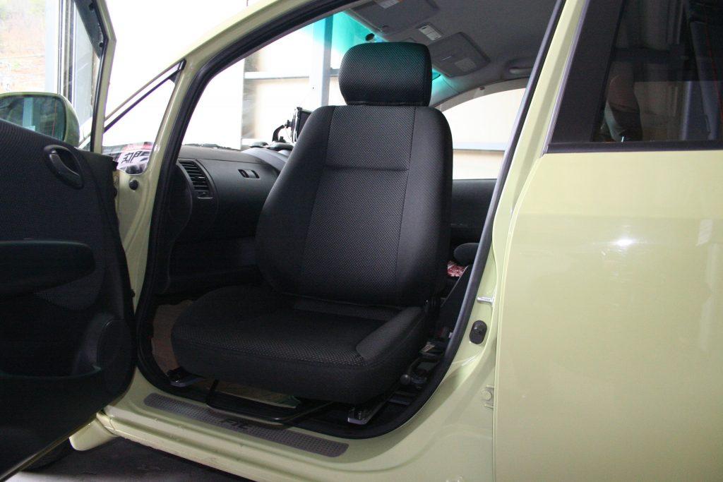 ホンダ フィットの助手席に、ブラウンアビリティ製「後付け回転シート」を導入。