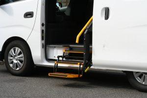 日産 NV350キャラバンのスライドドア下に、折りたたみ式補助ステップ[YS3E9]を導入。