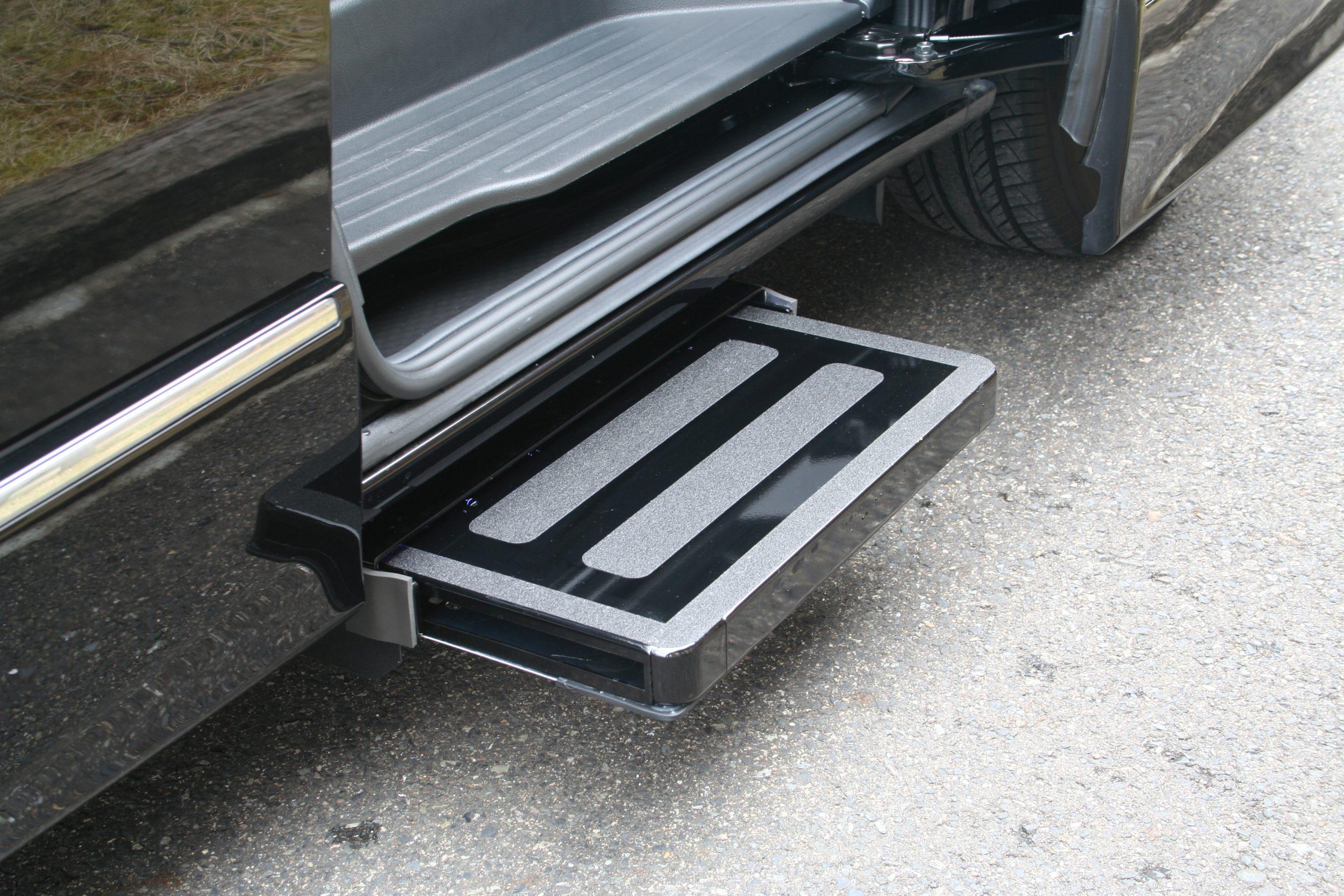 日産エルグランド助手席側スライドドア下に、電動補助ステップ[ASEI500-170]を導入。