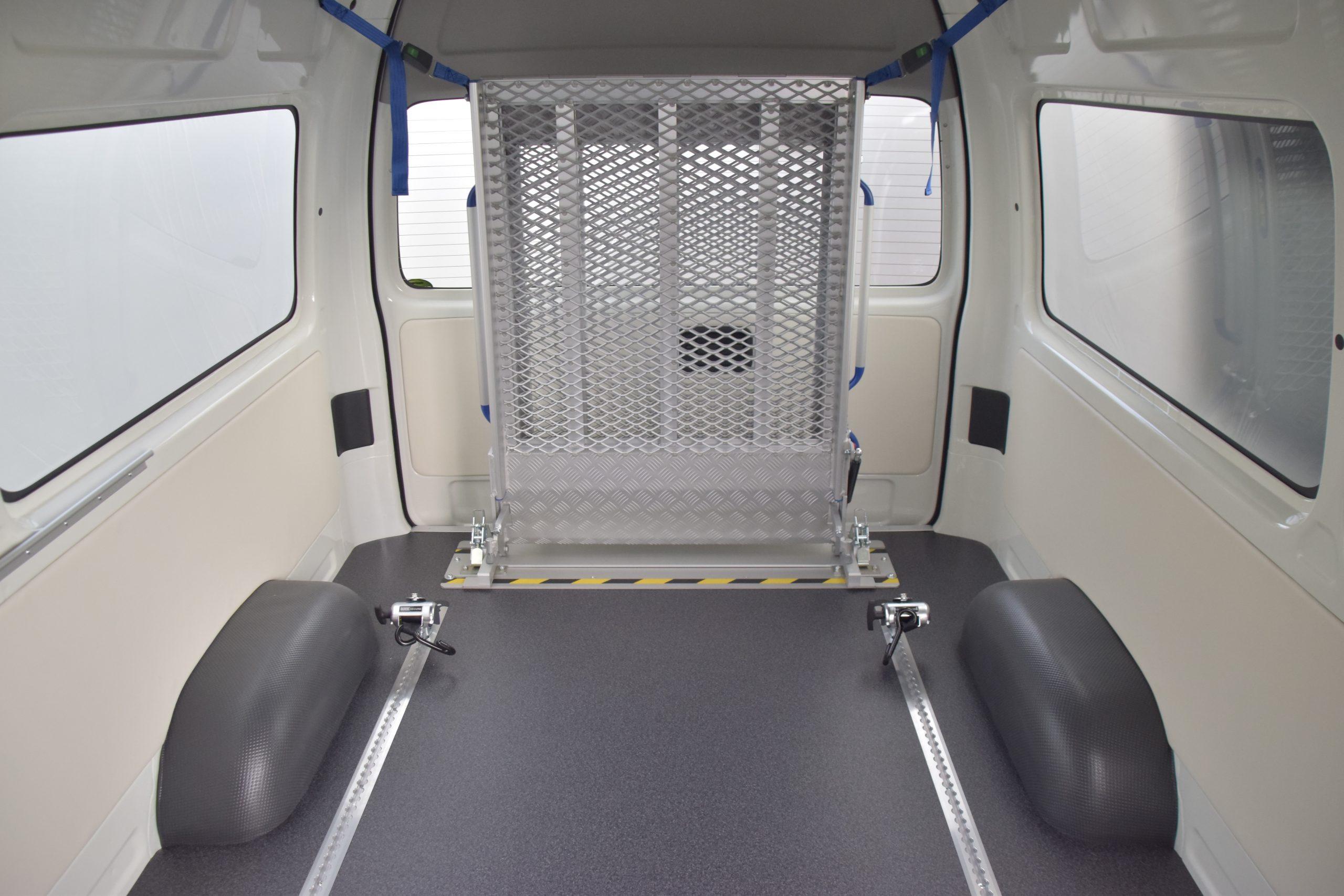 トヨタ ハイエースのラゲッジスペースに、後付け車いすスロープ[フィエルランプ]を導入。