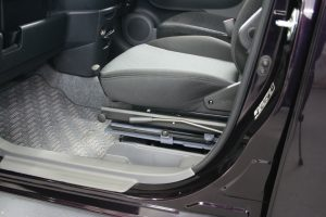 トヨタ シエンタの助手席に、後付け回転シート[ターンアウト]を導入。