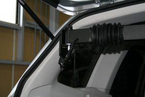 スバル フォレスター ラゲッジスペースに、後付け車いす収納装置[ピラーリフト]を導入。