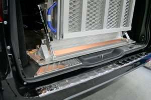 メルセデスベンツVクラス ラゲッジスペースに、後付け車いすスロープ[フィエルランプ]を導入。