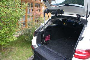 メルセデスベンツEクラスステーションワゴン ラゲッジスペースに、車いす収納装置[カロリフト40]を導入。